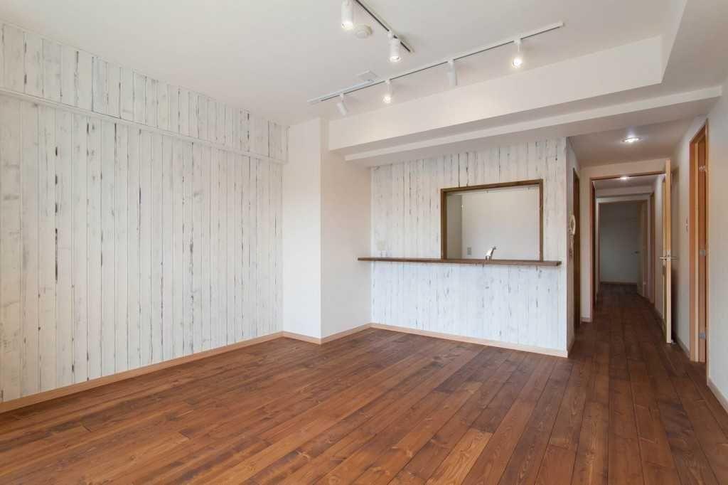無垢材特有のコントラストを活かしたリノベ事例「Wooden