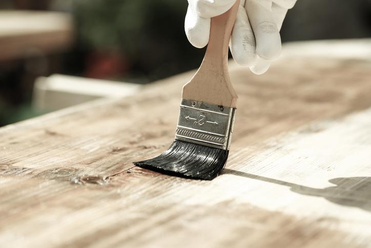 木材をツヤツヤに!上手な「ニス」の使い方