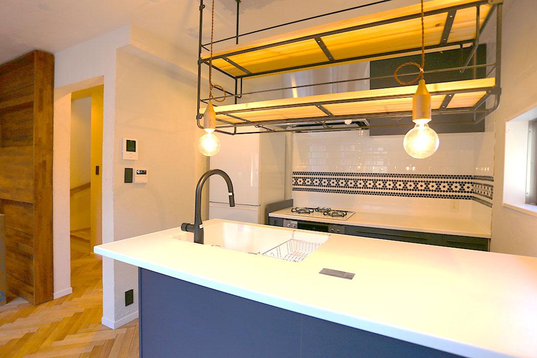 吊り棚で収納力アップ!インダストリアルデザインで男前キッチンに 画像