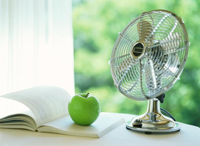 扇風機とエアコンの合わせ技で部屋をより冷やす方法