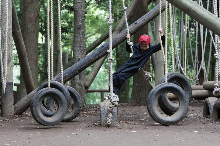 近畿エリアのトランポリンやターザンロープなどの大型遊具がある公園で遊ぼう