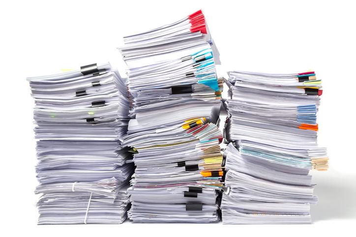 無印のアクリル仕切りスタンドで、散らかった書類もスッキリ整理!