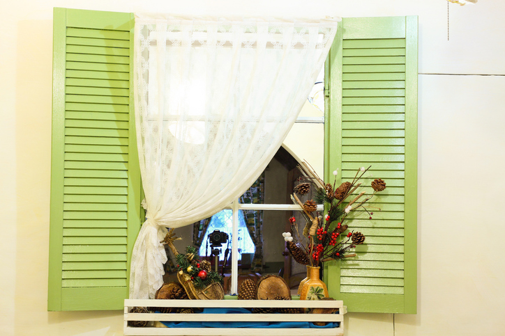 カフェカーテンで殺風景な窓とさようなら
