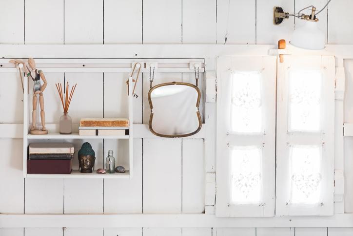 狭小住宅を広く見せる「飾り棚」の取り入れ方