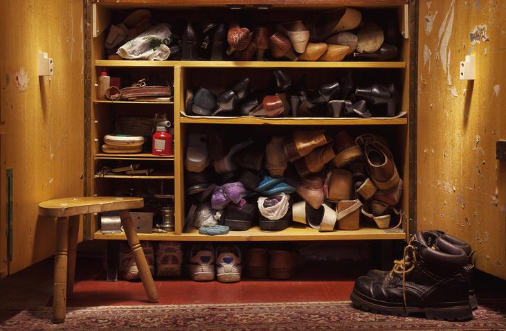 もうしまう場所がない!増えた靴をしまう玄関収納のアイディア