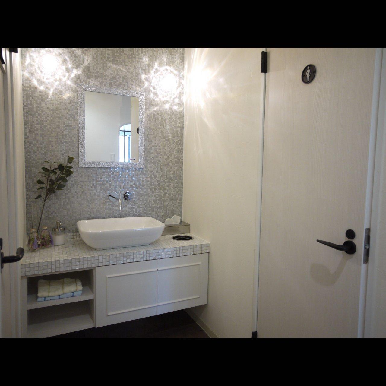 リノベ不動産|General Act Design ショールーム8 造作洗面はガラスモザイクとシェルタイルで非日常な空間