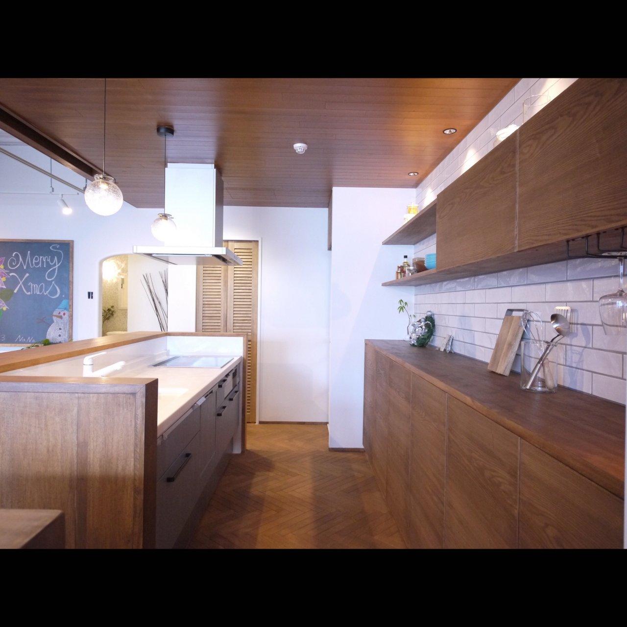 リノベ不動産|General Act Design ショールーム7 人気の対面型カウンタキッチンと外からも目を引くオリジナル壁面収