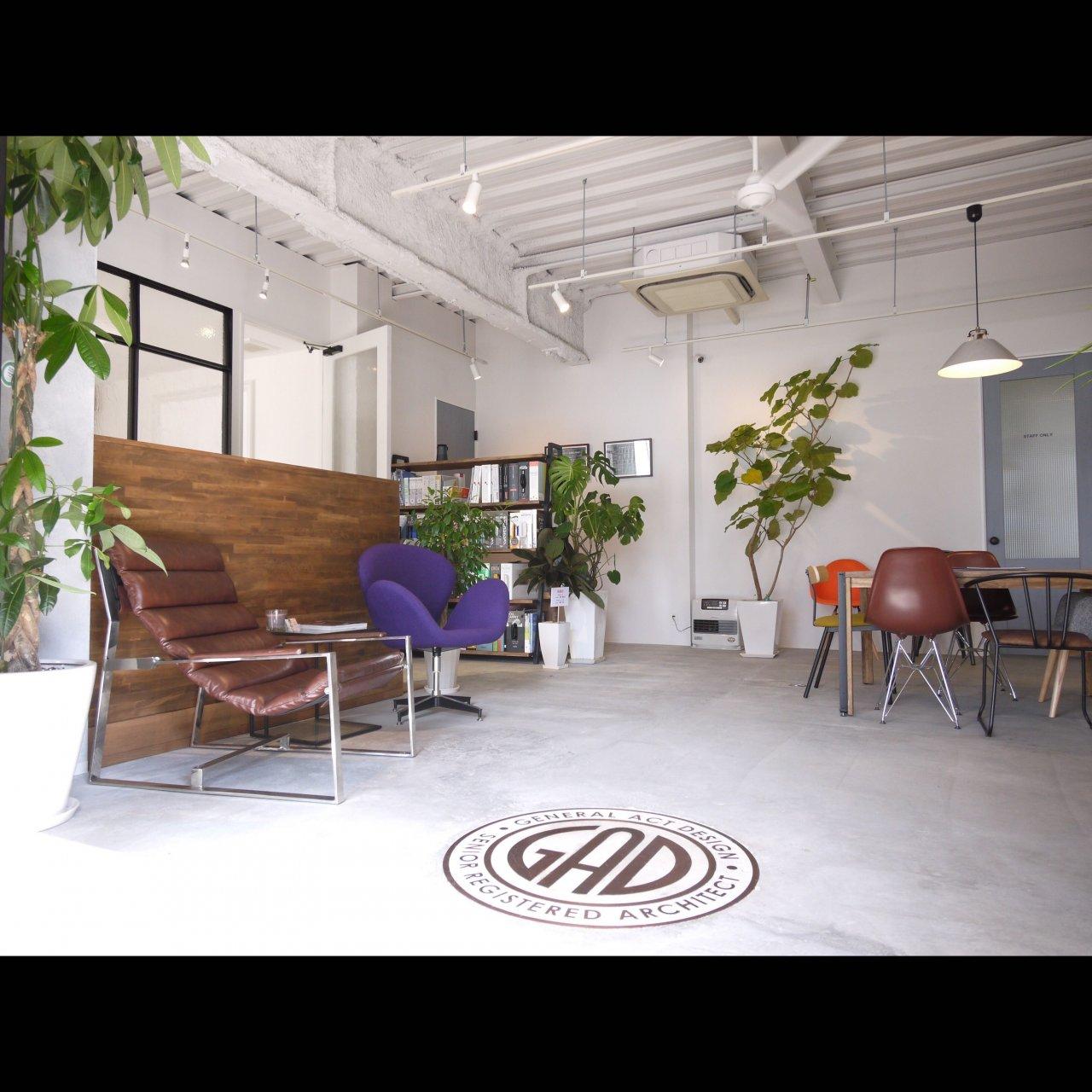 リノベ不動産|General Act Design ショールーム2 床に埋め込んだロゴとデザイナーズチェアがお出迎え