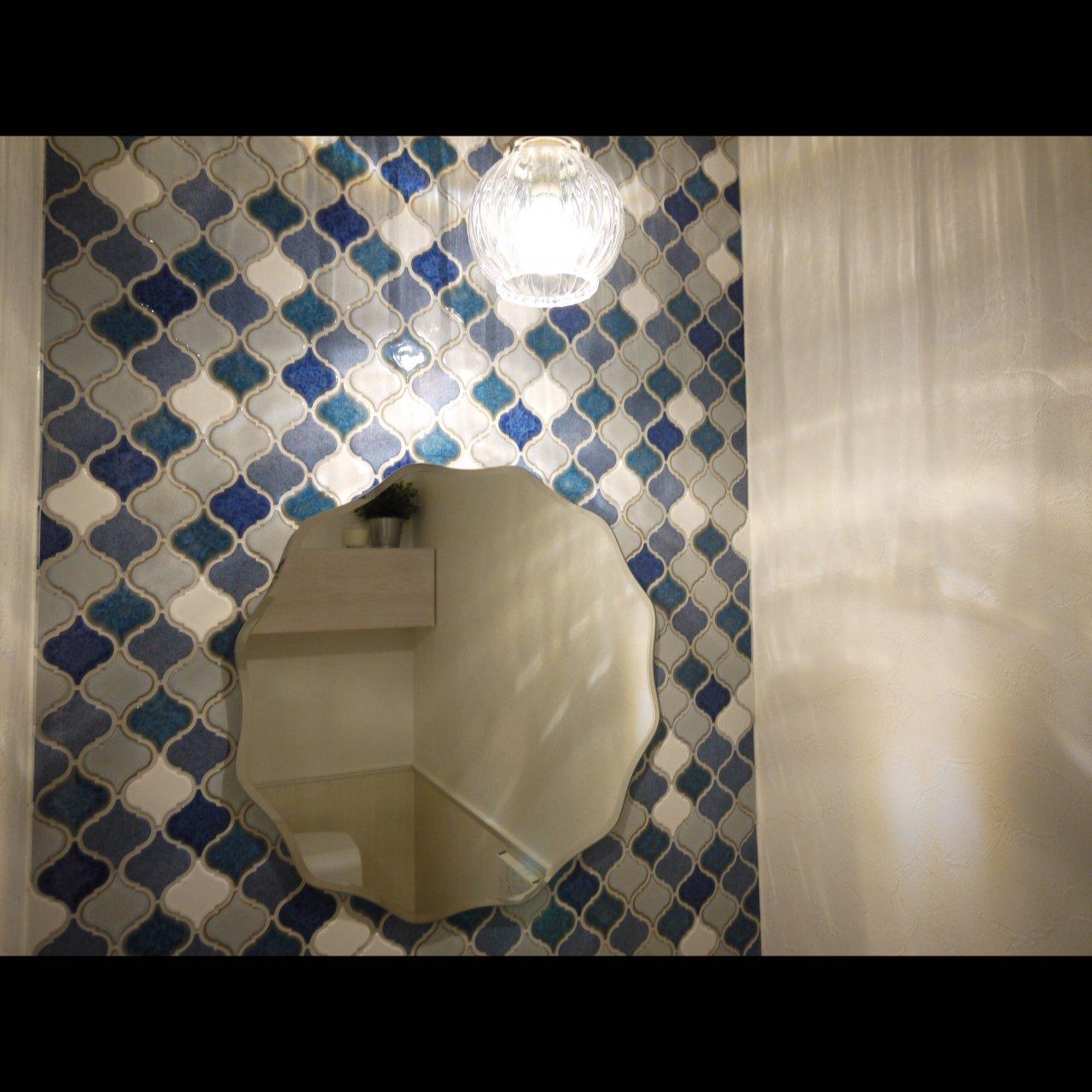 リノベ不動産|General Act Design ショールーム10 トイレ内の手洗いコーナは可愛い異形タイルとペンダント照明でコ