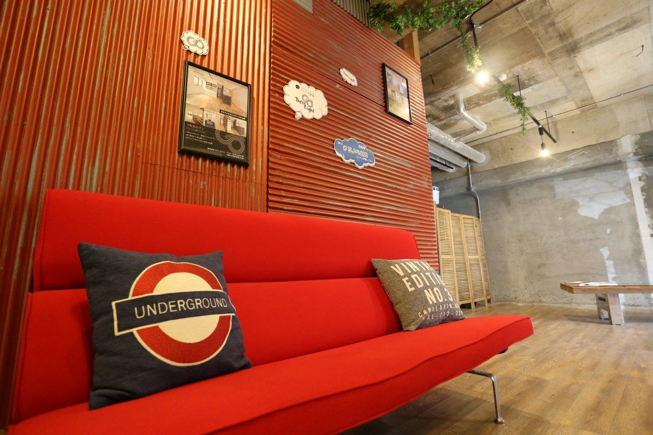 リノベ不動産|スリーエイト ショールーム6 この赤い壁、実はスタッフみんなで作りました♪