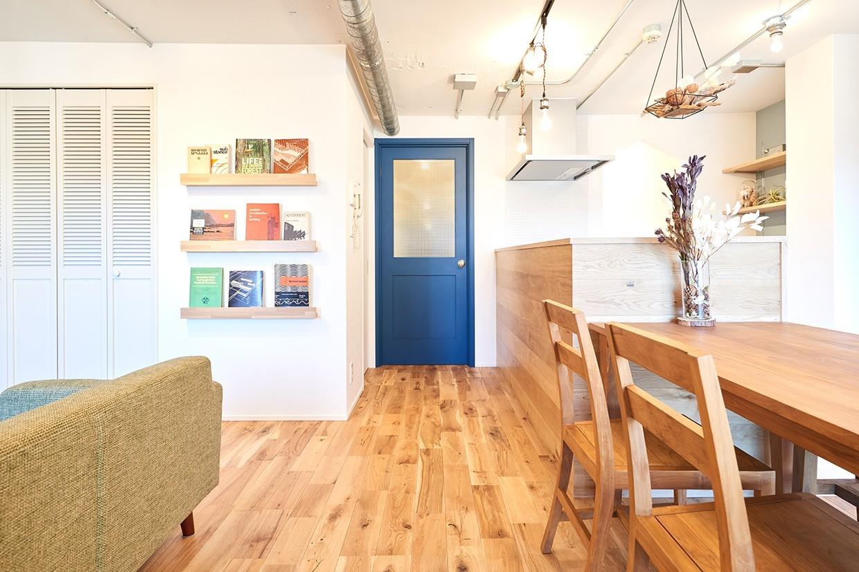紺色のドアが印象的なリビング。心地よい無垢フローリング