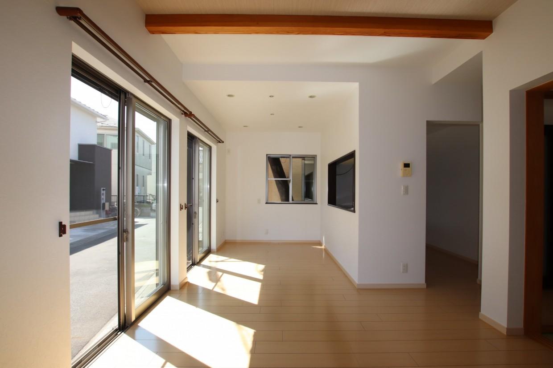 木目調のアクセントクロスと天井の化粧梁がこだわりを感じます