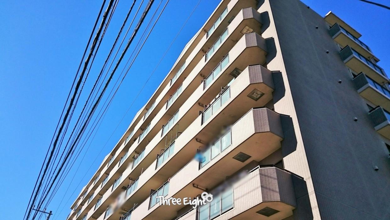 綺麗な青空にそびえ立つ、地上8階建のマンション。