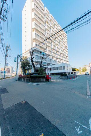 「外観写真」目黒駅より徒歩3分の好立地。周辺には生活に便利な