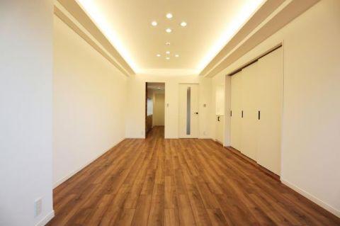 ニューシティ東戸塚クレール丘の街五号館 「LDK」約18.3帖 シンプルにデザインされた室内。家具や