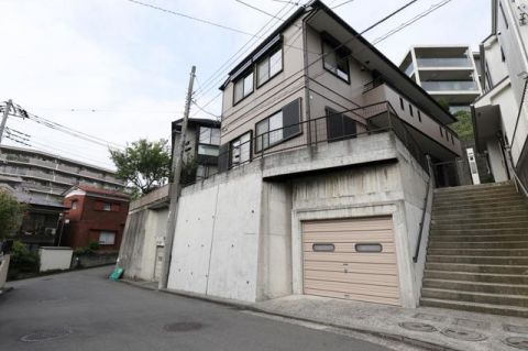 戸塚区前田町 中古戸建 「外観写真」軽量鉄骨造、2世帯住宅。ビルトインガレージ付き