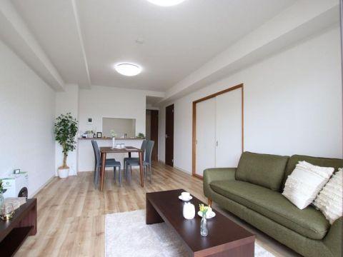 シャルマンコーポ川口 お部屋の雰囲気に合わせた家具とエアコン1台が付いているので、
