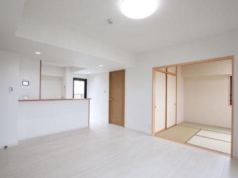 窓が多く解放感のある3方向角住戸。人気のカウンターキッチンで