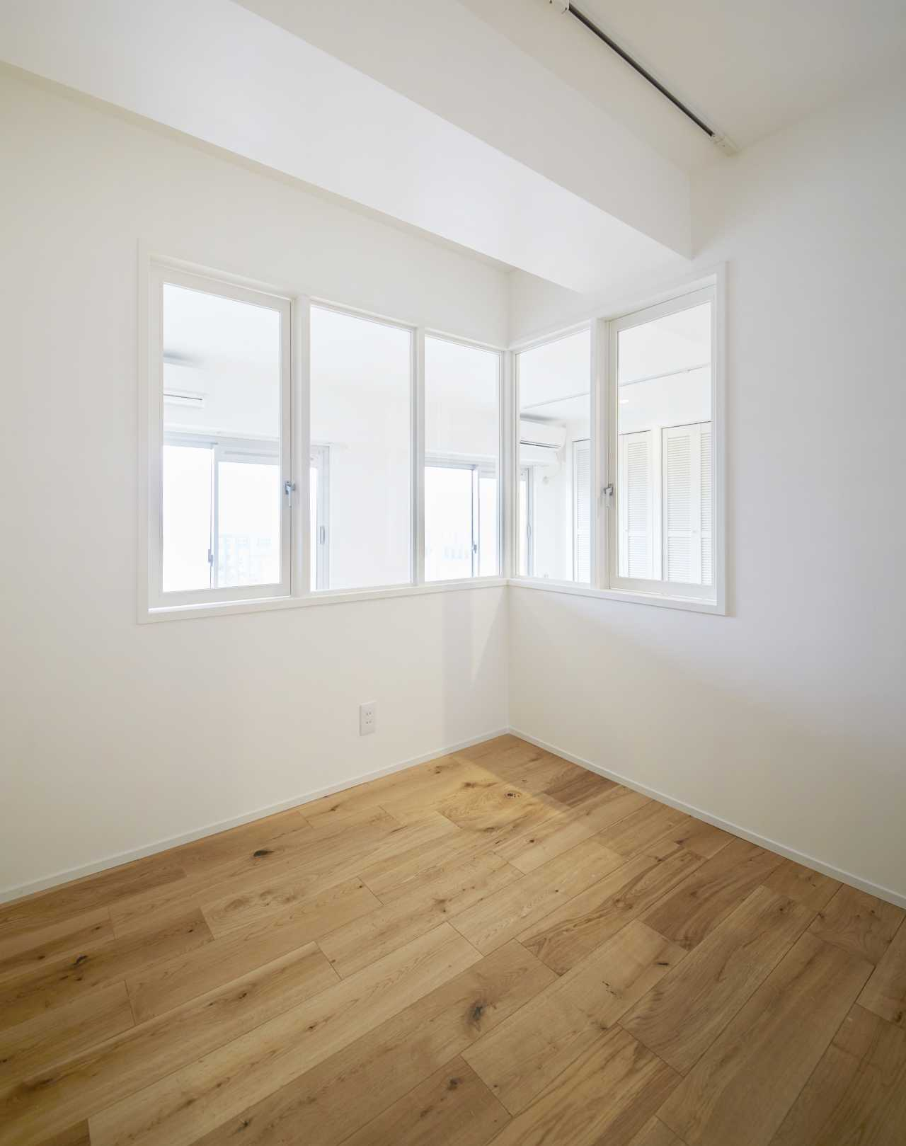室内窓からはリビングの暖かい光が差し込みます