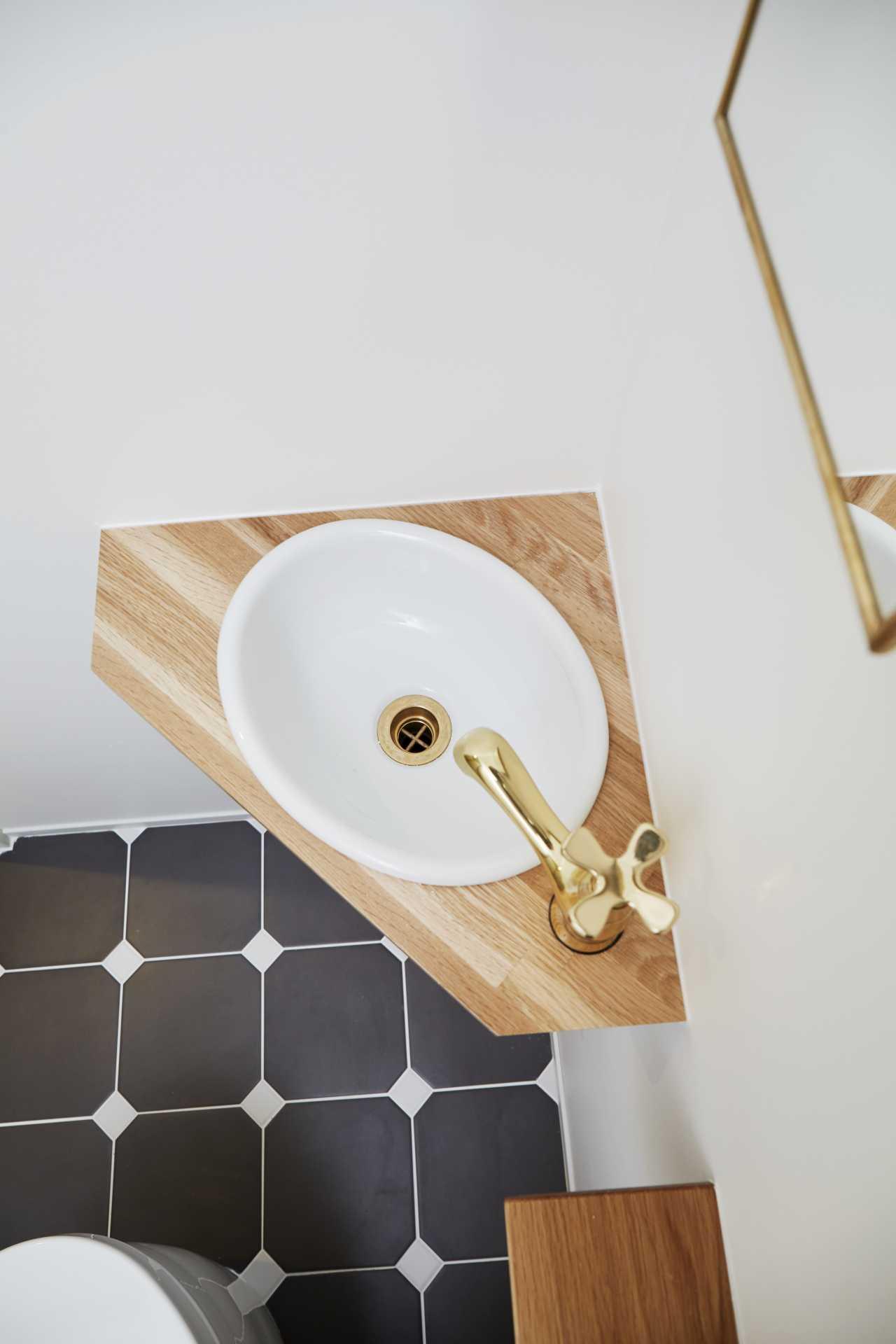 ゴールドの金具で高級感のある洗面台になりました