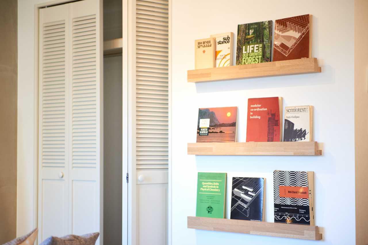 壁掛けのブックスタンドにはお気に入りの本やCD、写真・・個性で彩を添えていただけます
