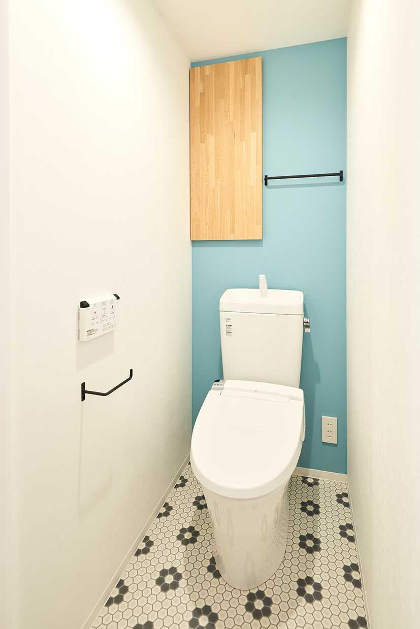 毎日過ごすプライベートな空間だからこそ、明るく元気が出るデザインにしました。作り付けの収納棚もあります