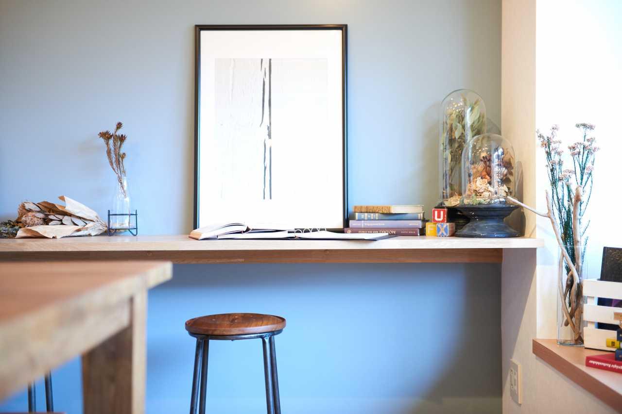 壁側にはデスクにちょうど良い台があります。趣味の作業台やPCの台、勉強机としても自由な発想で使うことができます