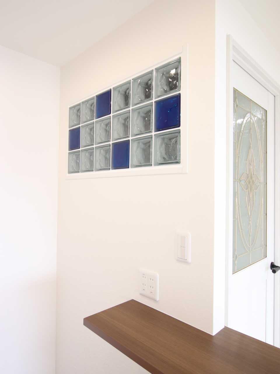 廊下とキッチンの間の壁に色とレイアウトをバランスよくガラスブロックを設置