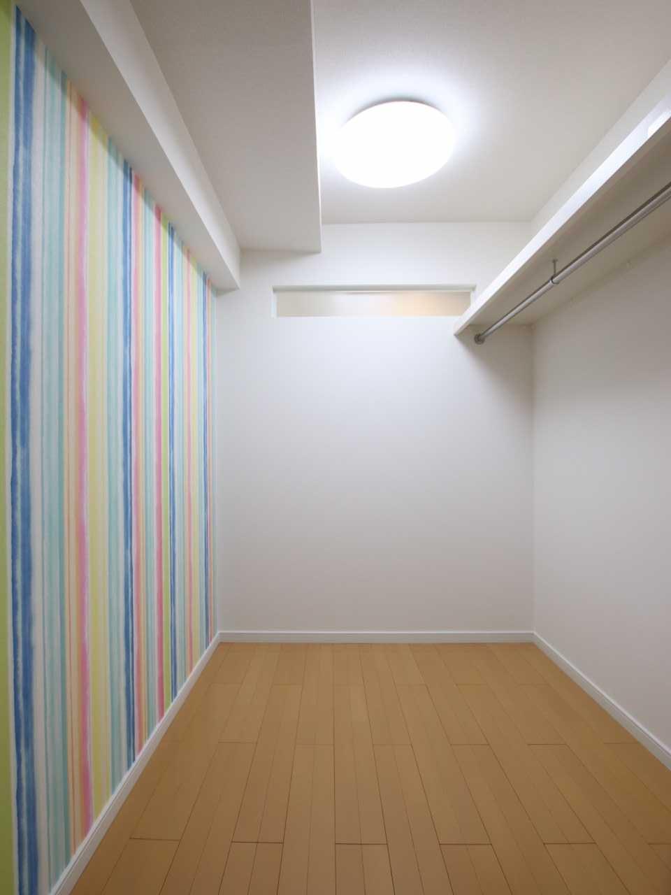 明り取りの窓とレインボーカラーの壁紙で納戸も明るく