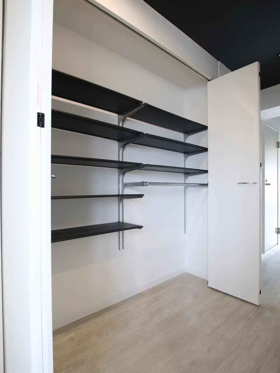 廊下の収納には可動式の棚を設置して使いやすく