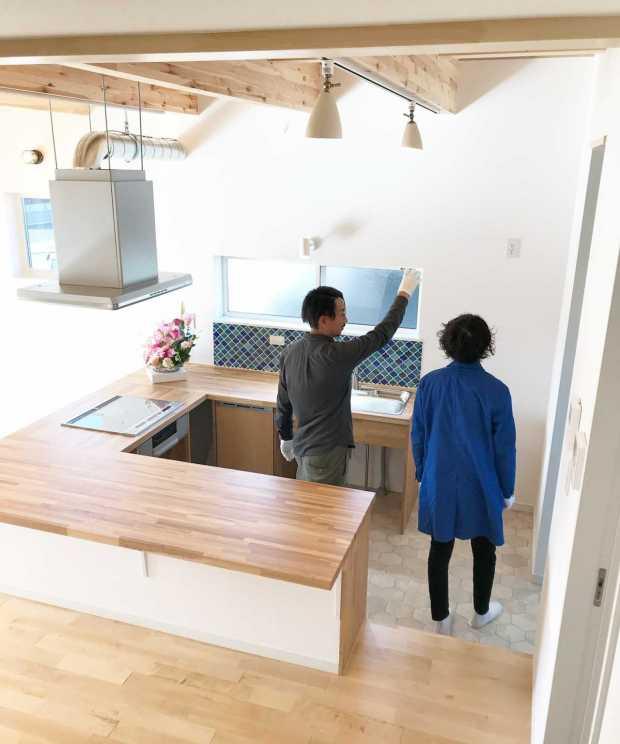 造作のキッチン兼ダイニングテーブル
