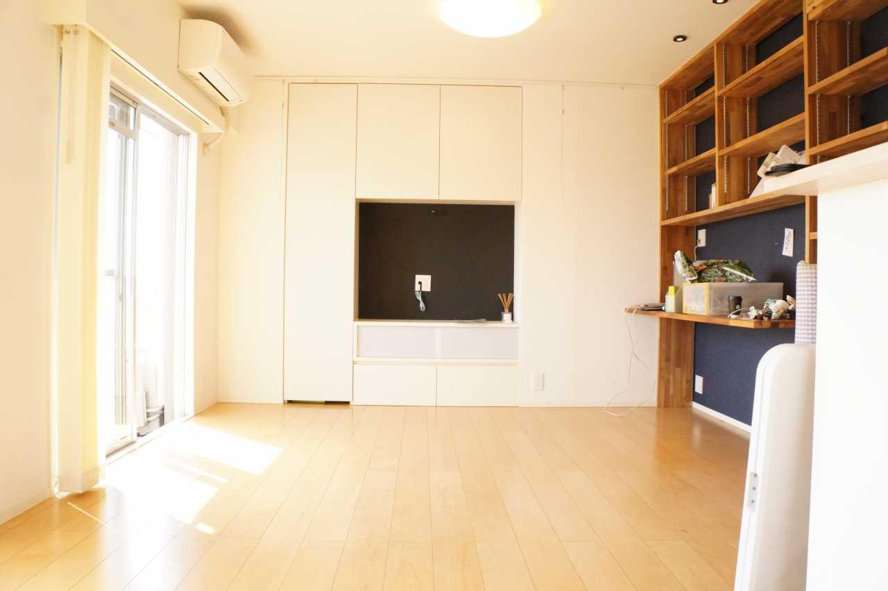 このリビングもともとは和室でした。壁をなくして空間を確保。床には無垢のフローリングを敷いています。テレビボード収納は元押入れです。