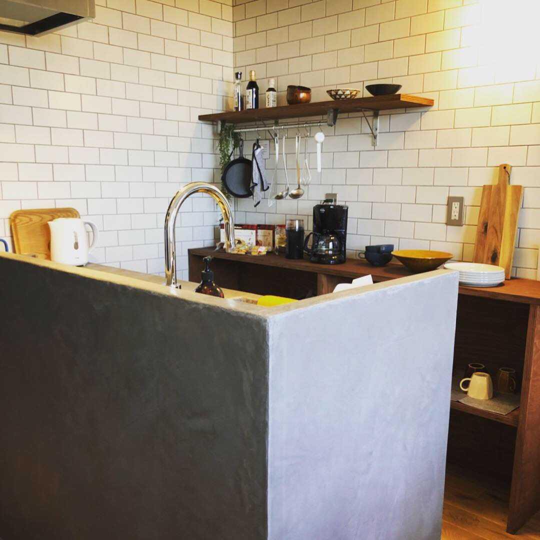 オリジナルキッチン。モールテックス使用。全体の空間バランスを考えて幅を少し狭くしました。