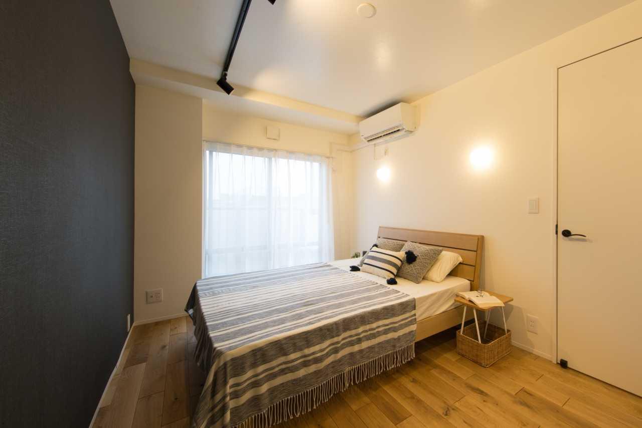バルコニーで風通し良好。WICとの間の壁はあえて天井まで作らず天井面を繋げ空間に広がりを与えます。