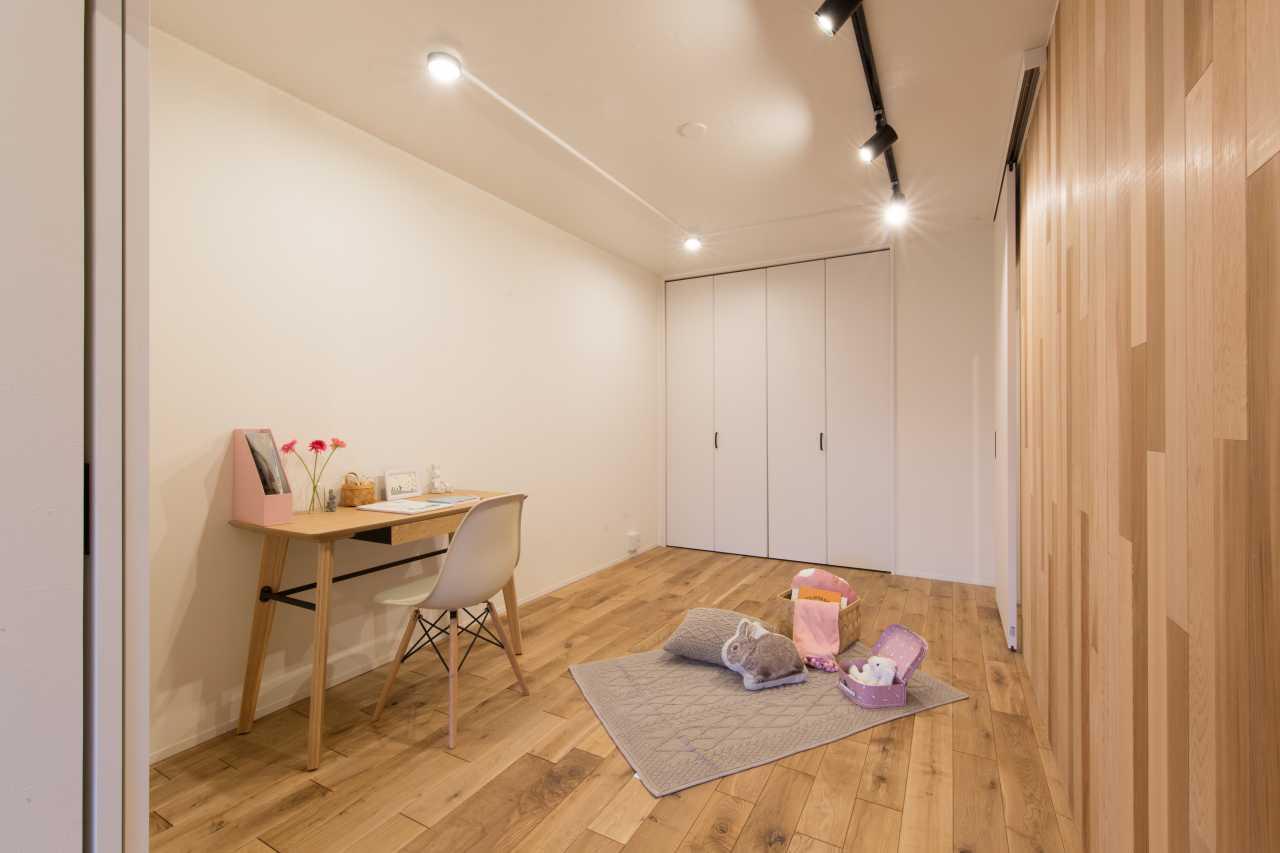 元々和室だった部屋を洋室に。高さのあるハイドアはお部屋を広く見せてくれます。