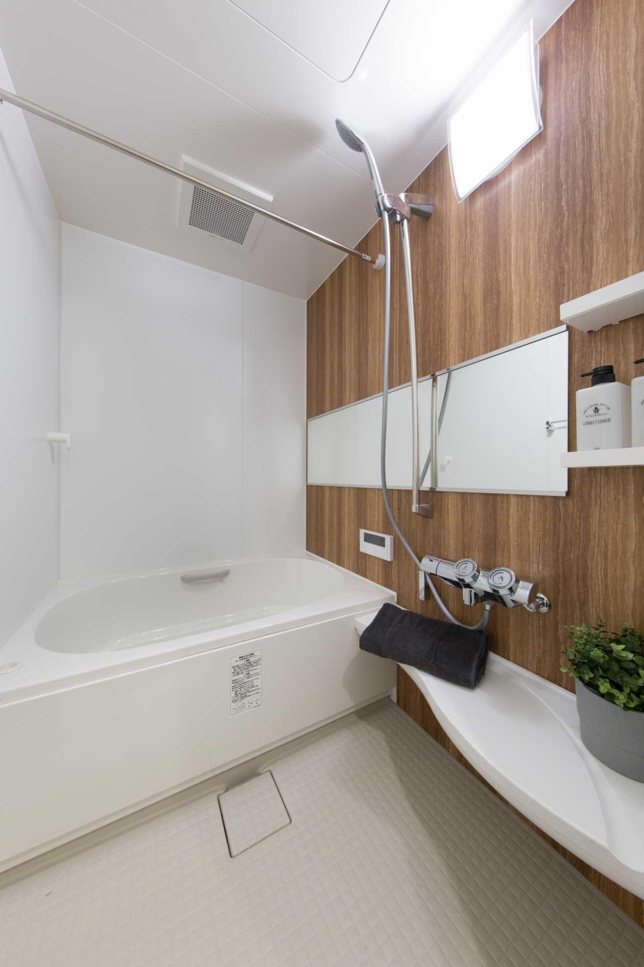 壁パネルは室内の雰囲気に合わせて木目調の温かみのあるものに