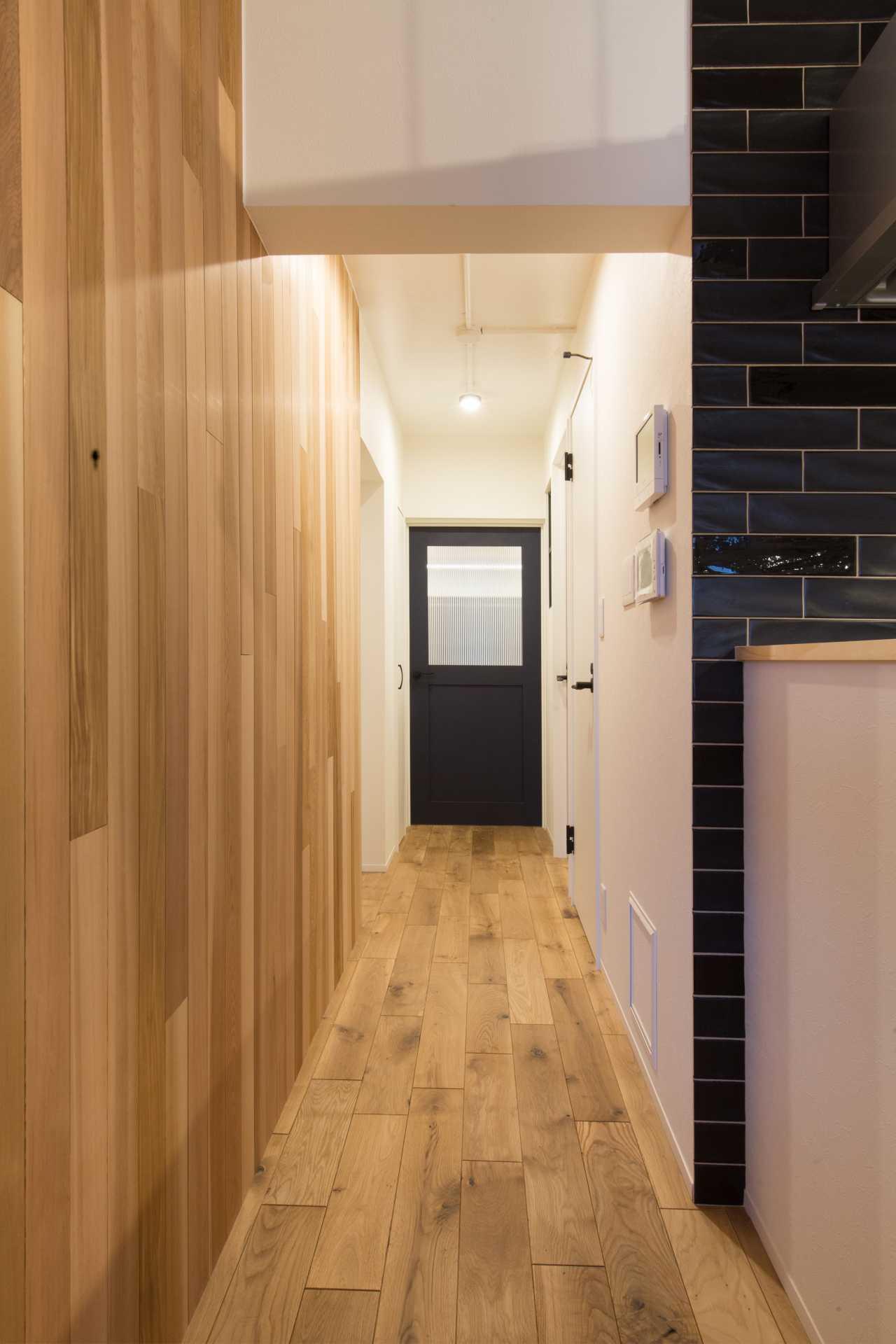 床材には北海道産のナラ材を、壁にはレッドシダーを使用し、無垢材の温かみを演出します。