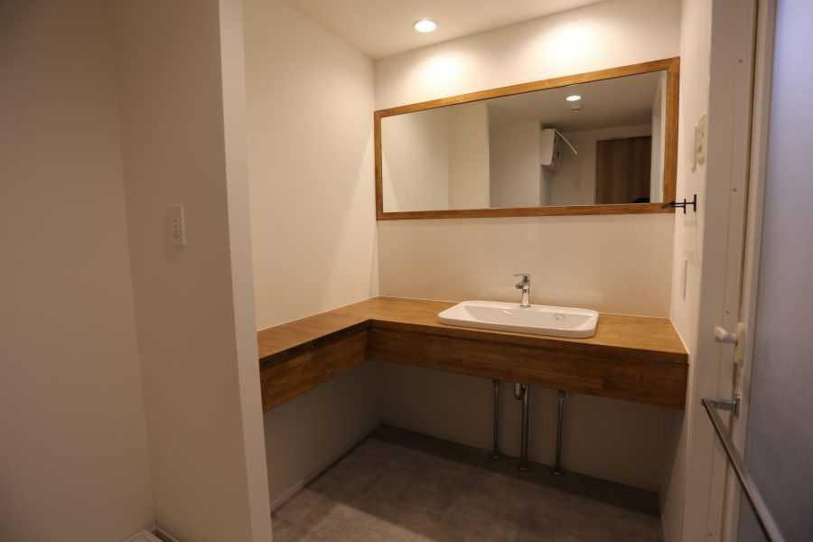 バスルームもお部屋全体に合うようにコンセプトで演出いたしました。また、素材はメンテナンスを考えて、撥水材を使用いたしました。