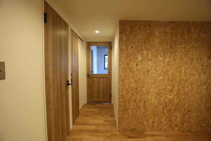 """ドアやフローリングにも茶系を意識的に使い、お部屋全体に""""木""""の雰囲気が感じれるようにしました。"""