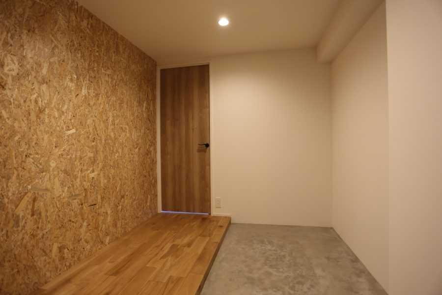 玄関に入った瞬間にお部屋のイメージが捉えれるように、ここにも白と木とモルタン調の作りを意識いたしました。