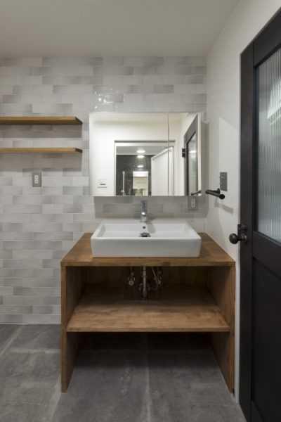 シックな空間と木材の調和が楽しめるバスルームです。