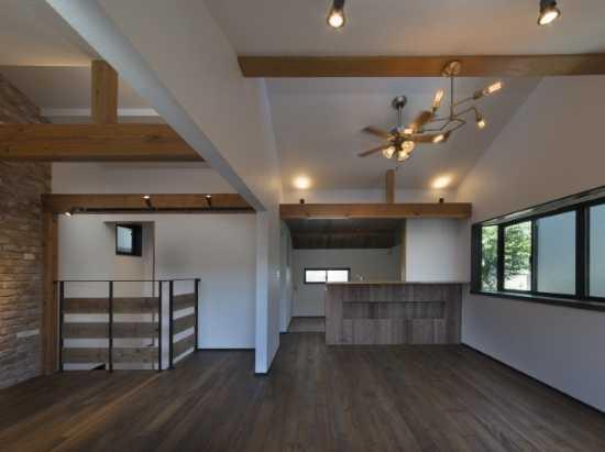 以前ロフトだった部分の床板を外し、吹き抜けにして解放感がある天井にしました。