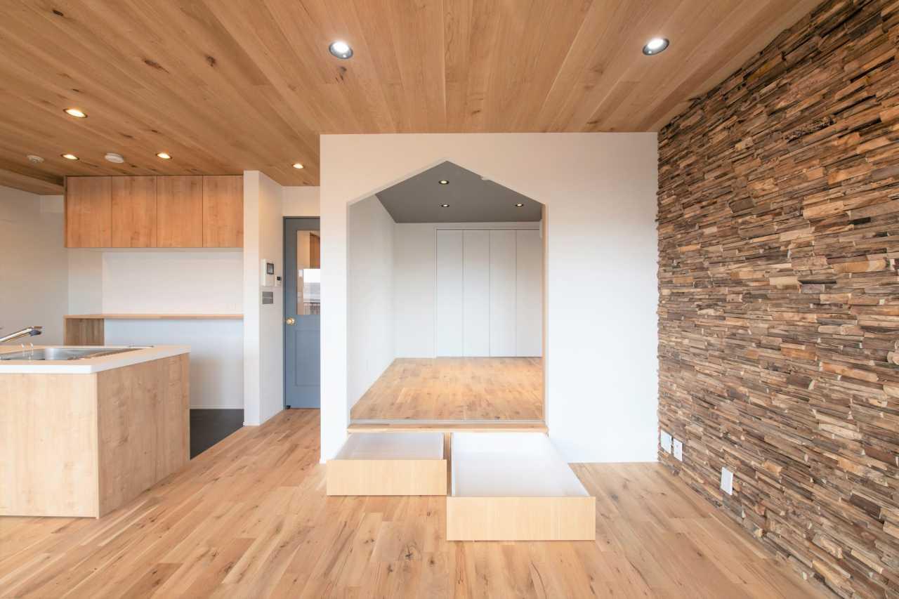三角屋根のイメージでデザインされた入口。寝室下の小上がり収納。 低い位置なら小さなお子様でも自分で出し入れできるので、忙しいママには嬉しい収納計画です。