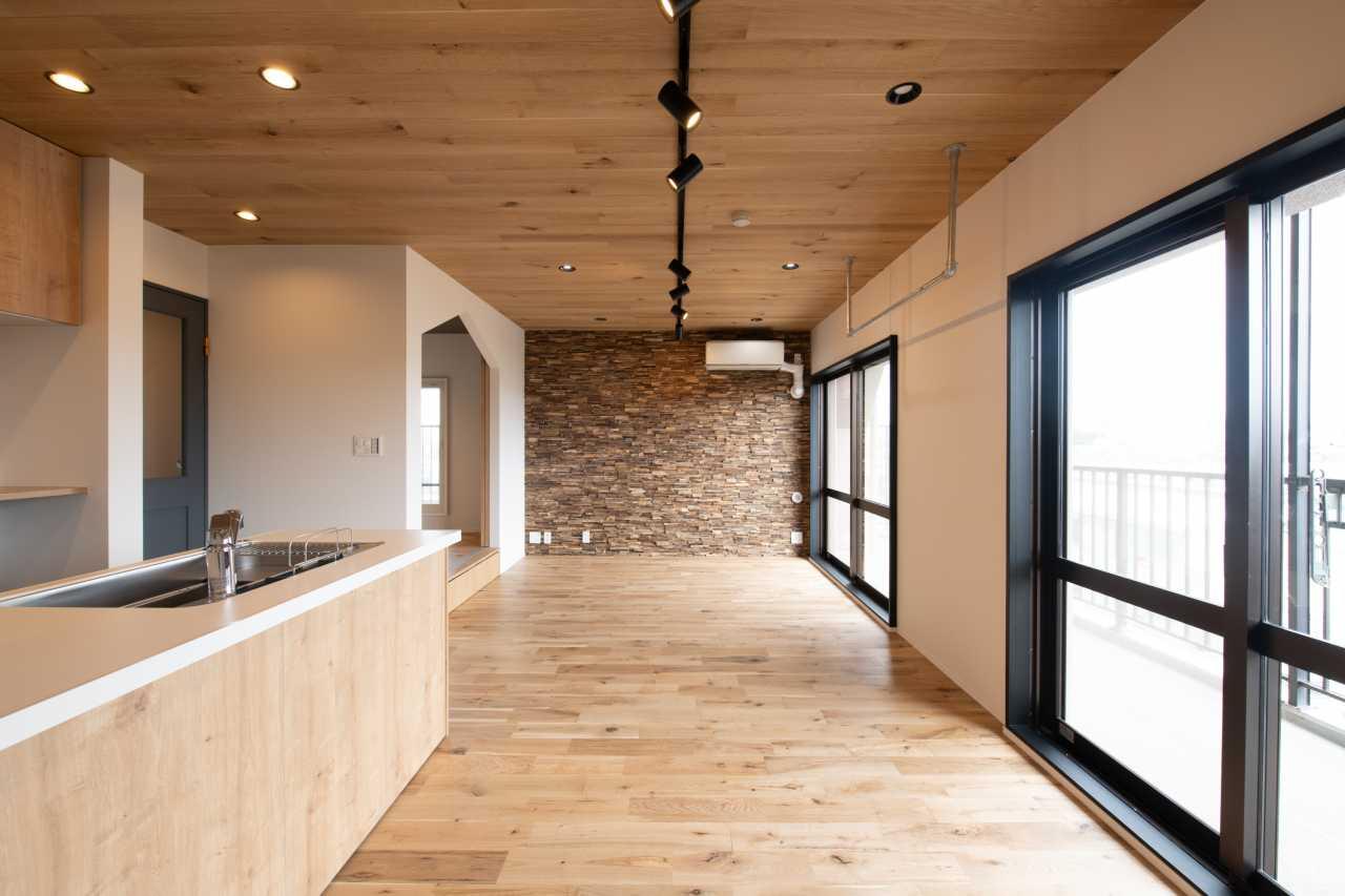 壁全体を遠目でみると一体感がありながら、木の一つ一つは丸みがあったり直線的だったり、素材感を感じるつくりになっています。
