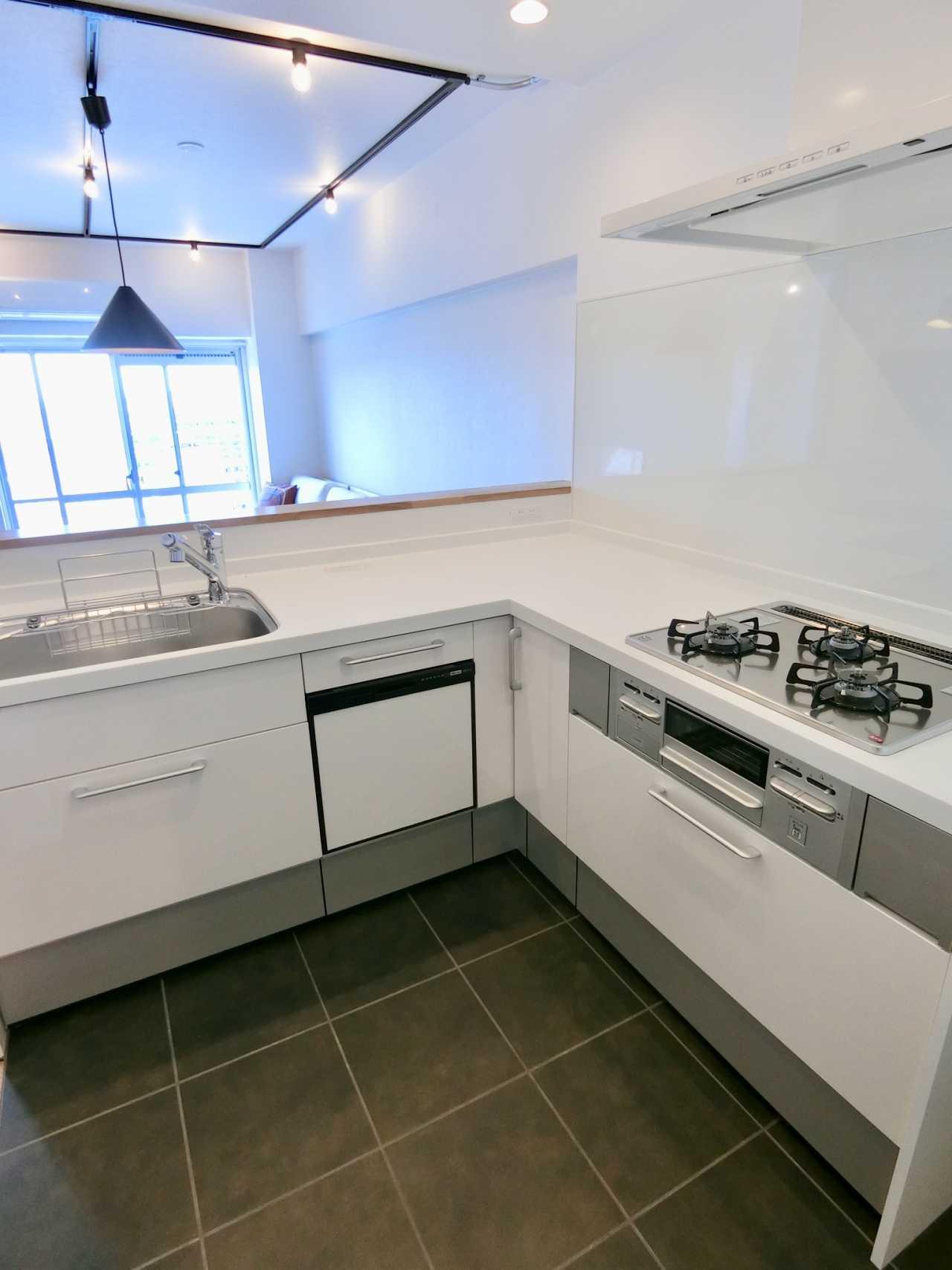 白のワークトップが美しい、広々キッチン