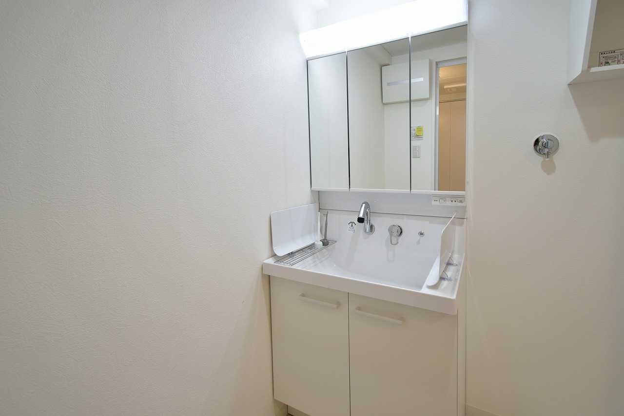 洗面化粧台はLIXILピアラの75㎝幅のタイプを採用。