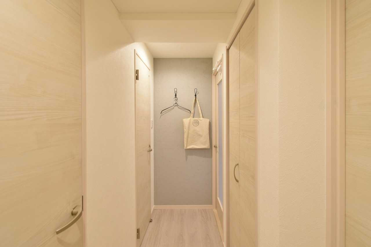 玄関を入って正面の壁面はOSB合板の塗装仕上げです。