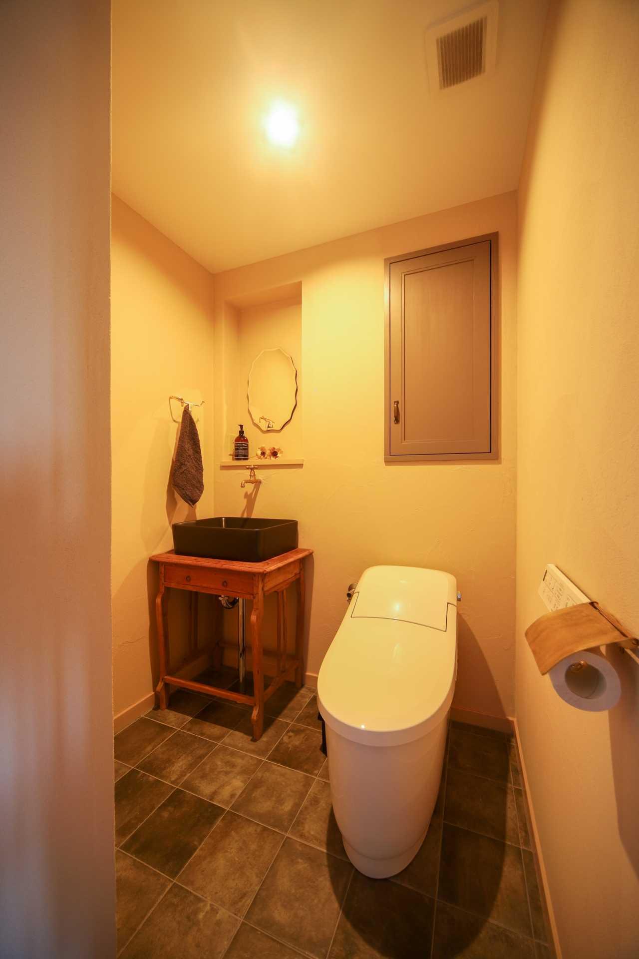 広々と洗面スペースのあるトイレ