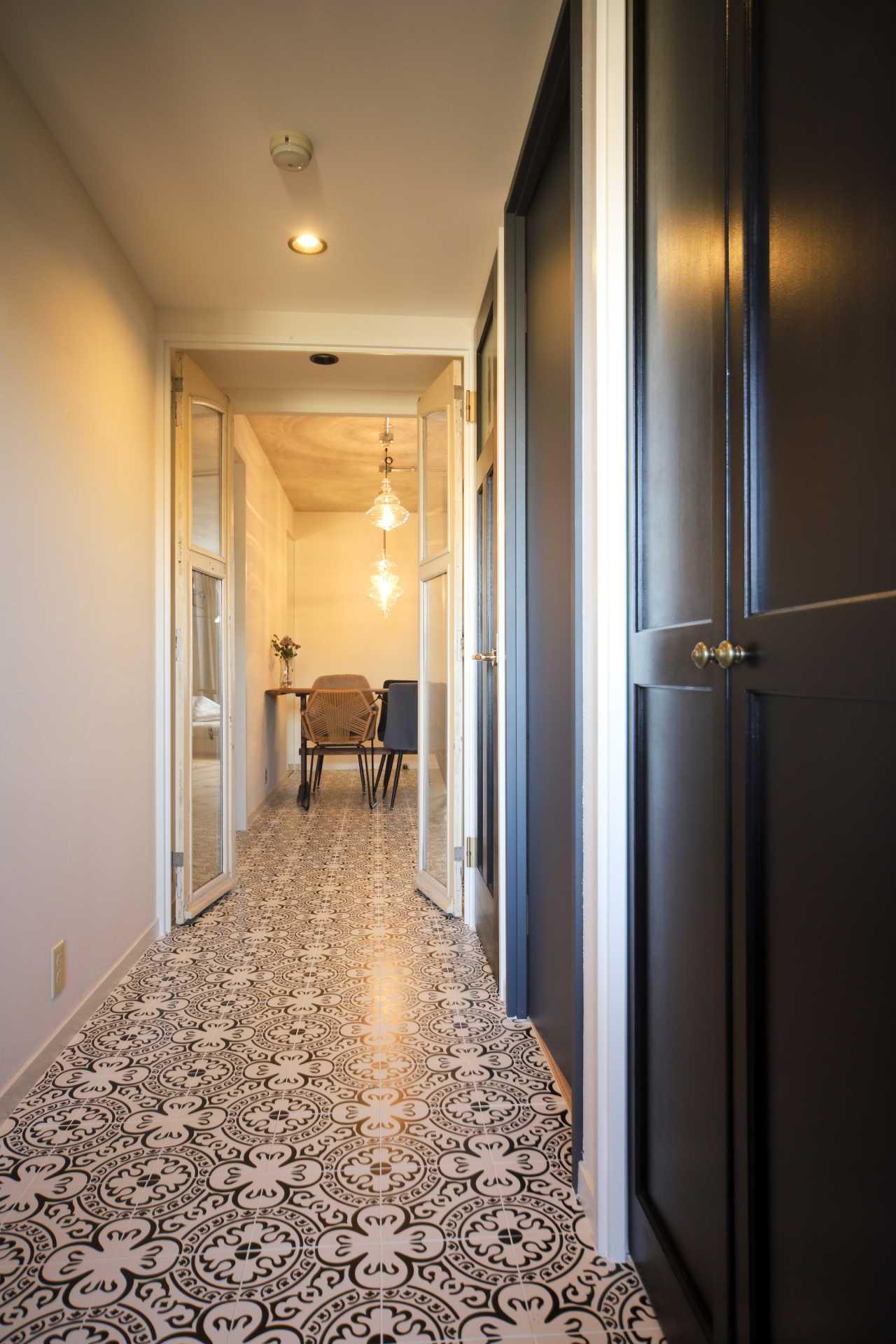 玄関からタイルでつなげたホールの写真