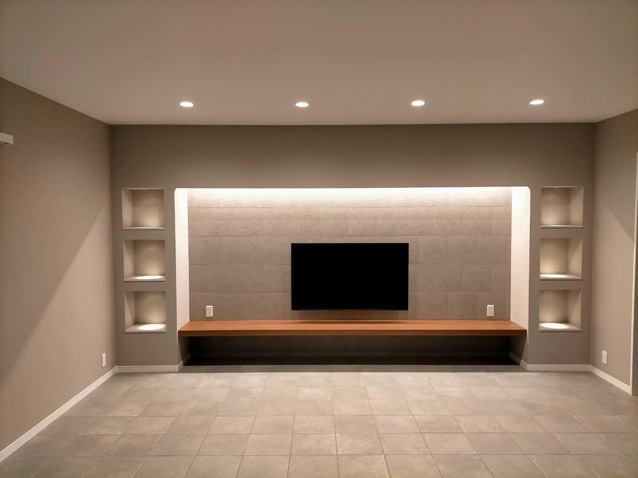 テレビの上に関節照明を入れ、高級感溢れるリビング